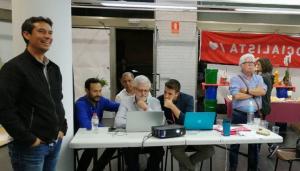 Kenneth Martínez, seguint els resultats a la seu del PSC del Vendrell.