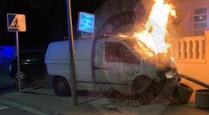 La furgoneta ha quedat incendiada a causa de l'accident.