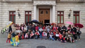 Les famílies i membres de la comunitat educativa de l'escola Isabel Besora concentrat davant l'Ajuntament de Reus