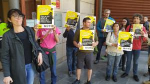 Marta Llorens a la porta dels jutjats de Reus, on regidors i militants de la CUP li han donat suport