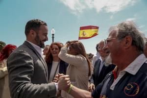 Santiago Abascal, president de VOX, saludant a un simpatitzant al balcó del Mediterrani, abans d'atendre als mitjans de comunicació a Tarragona.
