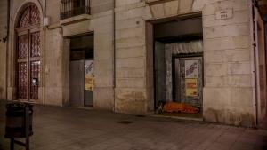 Un sensesostre passa la nit a un portal d'un local buit ubicat a la Rambla Nova de Tarragona.