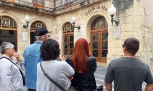 Veïns de la Creu de Coma-ruga protestant davant l'Ajuntament.