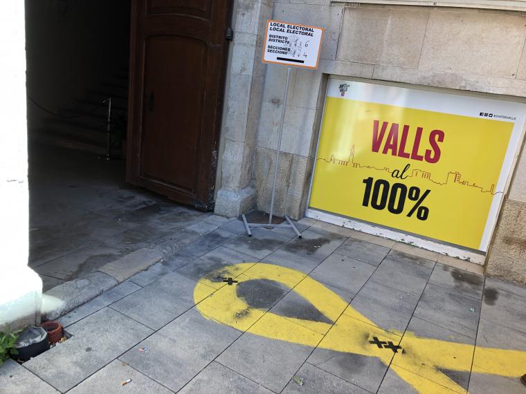 Col·legi electoral amb un gran llaç groc a l'entrada a Valls.