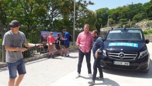 Al centre de la imatge, amb camisa rosa, l'actor tarragoní Fermí Fernández, acompanyat pel presentador Eloi Vila a l'Amfiteatre.