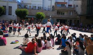 Alumnes ballant una sardana a la plaça del Tívoli.