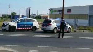 Captura del vídeo on es pot veure, a l'esquerra de la imatge, la patrullera accidentada de Mossos d'Esquadra.