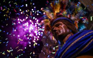 El Gegant Indi durant els focs artificials finals de Sant Pere.