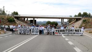 Els manifestants han tallat la C-12 a Móra d'Ebre per rebutjar el projecte d'abocador que s'està construint a Riba-roja d'Ebre