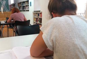 Estudiants, en una de les sales d'estudi de la biblioteca del Vendrell.