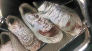 Imatge de les sabates tacades de sang dels nois agredits a Roda de Berà