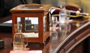 Imatge de l'urna que s'utilitzarà durant el ple d'investidura a Reus