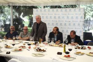 Josep Poblet, al centre de la imatge, durant l'esmorzar amb periodistes de les comarques de Tarragona que s'ha dut a terme a Casa Miret.