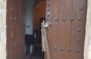 La porta rebentada de l'ermita de les Masies de Sant Miquel.