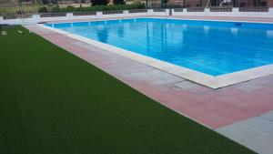 L'antiga piscina de Vila-rodona s'ha adequat amb gespa artificial per fer-la servir aquest estiu.