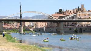 L'arribada amb canoes a Tortosa de la  19a Piraguada popular de la PDE