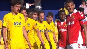 Luis Suárez i Thioune busquen rematar una jugada a pilota aturada