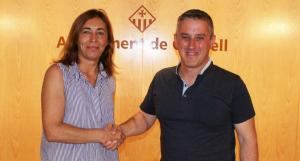 Maite González i Ramon Ferré, formalitzant l'acord de govern.