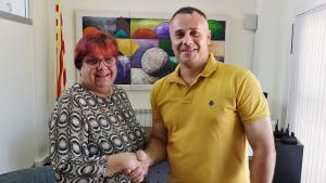 Núria Güell i Gerard Colet tancant el pacte de govern a Bellvei.