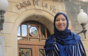 Samila El Youssoufi, davant l'Ajuntament del Vendrell.