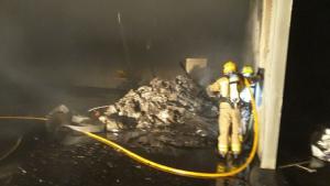 Sis dotacions dels Bombers extingeixen un incendi en una nau a Constantí
