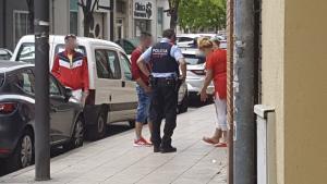 Un dels Mossos d'Esquadra desplaçats al lloc dels fets conversa amb alguns dels testimonis.