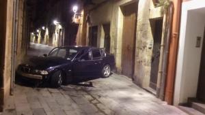 Un vehicle s'ha estavellat aquesta matinada al carrer la Nau de la Part Alta de Tarragona.