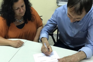 Virgínia Moreno i Josep Carreras signant l'acord de govern.