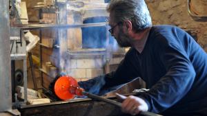 Demostració de com es fa una peça de vidre al Museu del Vidre