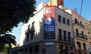 El cartell que s'ha posat anunciant l'ampliació de l'illa de vianants del centre del Vendrell.
