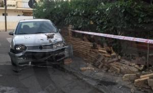 El cotxe que ha topat contra un mur a Sant Salvador.