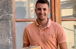 El regidor de Participació Ciutadana, Cristian Soriano, presentant el sorteig per pujar al balcó.