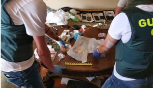 Els agents de la Guàrdia Civil han confiscat diverses substàncies estupefaents dels domicilis.