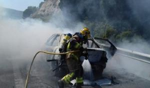 Els Bombers apagant el foc del cotxe a l'AP-2.