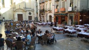 Imatge de la plaça del Castell, amb cinc locals amb terrassa