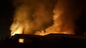 Imatge de l'incendi al polígon Entrevies de Tarragona