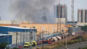 Imatge de l'incendi de la nau industrial que ha cremat al polígon Entrevies de Tarragona