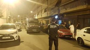 Imatge del moment quan els agents policial realitzaven les tasques de regitre al bar Esperanza de Torredembarra