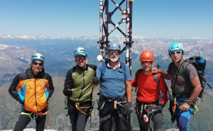 Joan Rovira i Òscar Lombarte, amb els seus acompanyants, en un dels cims de les Dolomites.