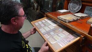L'Anton Espallargas col·lecciona bitllets locals antics, entre ells els de Riudecanyes