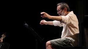 Leo Brouwer durant l'assaig del concert-homenatge