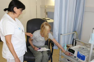 Personal del Servei de Nefrologia de l'Hospital Joan XXIII s'encarrega de formar els pacients i familiars en el funcionament de l'hemodiàlisi domiciliària.