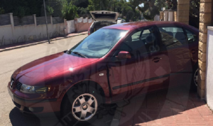 Un cotxe mal frenat ha topat contra una tanca d'una casa.