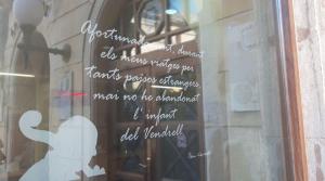 Una de les frases de Pau Casals, en un dels vidres de l'Ajuntament del Vendrell.