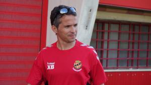 Xavi Bartolo dirigint-se al camp per entrenar el Nàstic