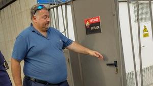Clifton Onolfo intentant obrir les portes d'accés a les instal·lacions de l'Estadi