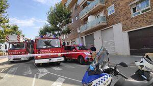 Diverses unitats de Bombers s'han desplaçat al pis de Vila-seca on ha tingut lloc l'incendi.