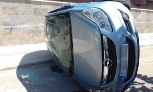 El cotxe ha quedat bolcat al mig de la via.