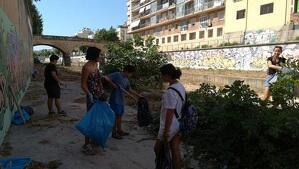El grup de ciutadans del Vendrell, netejant la riera de la Bisbal.