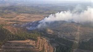 Els Bombers treballen per extingir un incendi a Horta de Sant Joan